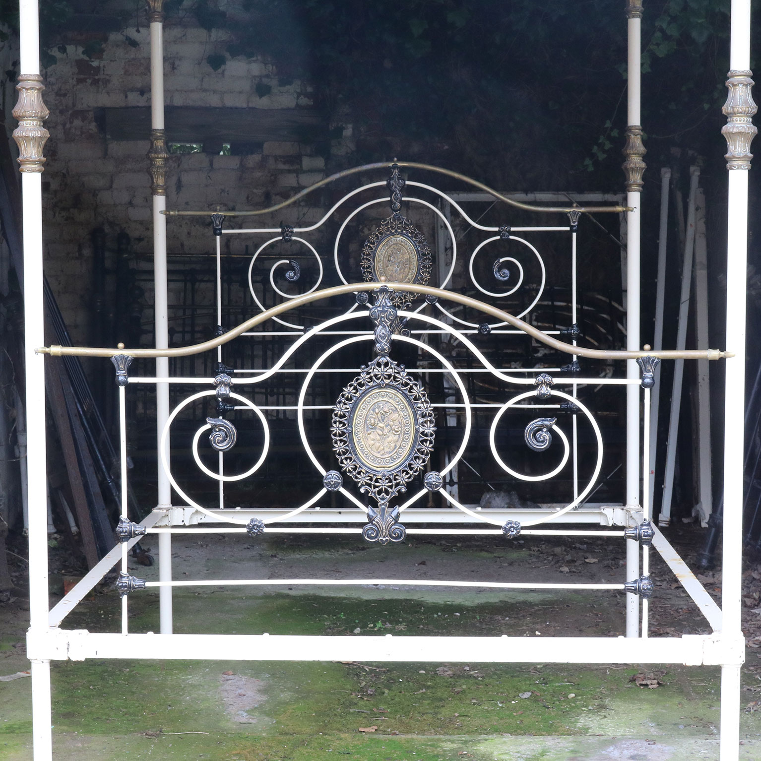 White Cast Iron Four Poster Bed M4p23