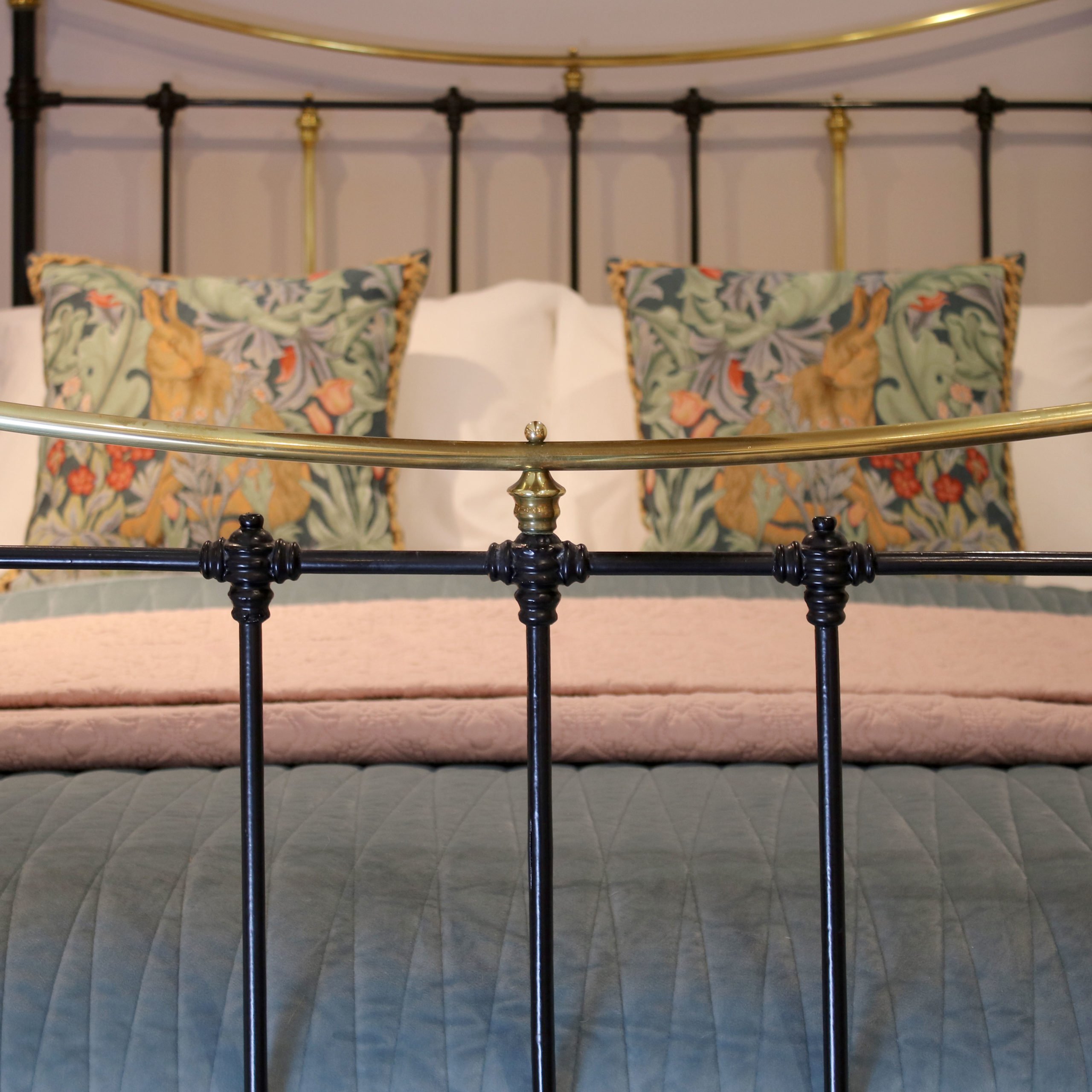 5ft-Black-Brass-and-Iron-Curved-Top-Rail-MK216-4