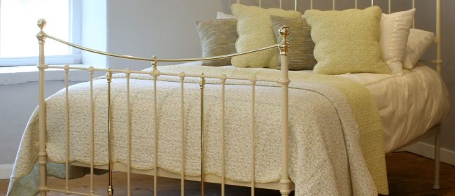 5ft Victorian Antique Bed With Curved Top Rail in Cream MK227