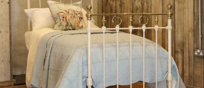 Cream Straight Top Rail Victorian Single Antique Bed With Brass Detailing MS51