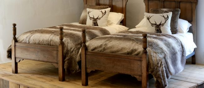 Country Style Matching Pair of Twin Single Oak Beds – WPS36